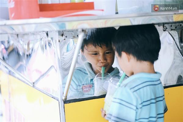 Và thế là cu cậu được tặng ngay một ly trà sữa ngon ngọt giải tỏa cơn khát.