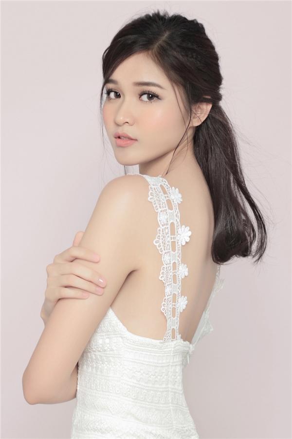 Á hậu Thùy Dung khoe vẻ đẹp trong sáng như thiên thần