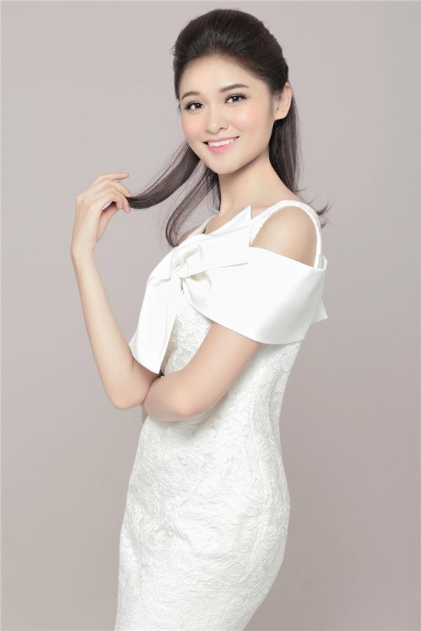 """Bên cạnh đó, người đẹp còn kết hợp nhiều kiểu tóc, khi thì xõa tự nhiên, khi thì vấn cao. Nhiều người nhận xét gương mặt của cô thay đổi khá rõ tùy theo phong cách trang điểm. Tuy nhiên, sự trong trẻo, nhẹ nhàng giúp Thùy Dung """"ăn điểm"""" nhiều nhất. Tận dụng điều này, vẻ đẹp của Á hậu 2 Hoa hậu Việt Nam 2016 ngày càng được nâng tầm và hoàn thiện hơn so với thời điểm đăng quang."""