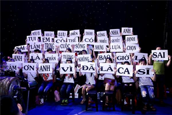 """Để cổ vũ tinh thần cho thần tượng trước giờ lên đường sang Hàn Quốc biểu diễn, fan của Noo Phước Thịnh đã có mặt tại sân khấu từ sớm và mang băng rôn ghi lời chúc tới anh với nội dung: """"""""Noo ơi! Noo à!! Lưu diễn thành công nha anh. Tụi em có thể có nhiều quyết định sai lầm trong cuộc sống nhưng lựa chọn anh là thần tượng thì không bao giờ sai…"""". - Tin sao Viet - Tin tuc sao Viet - Scandal sao Viet - Tin tuc cua Sao - Tin cua Sao"""