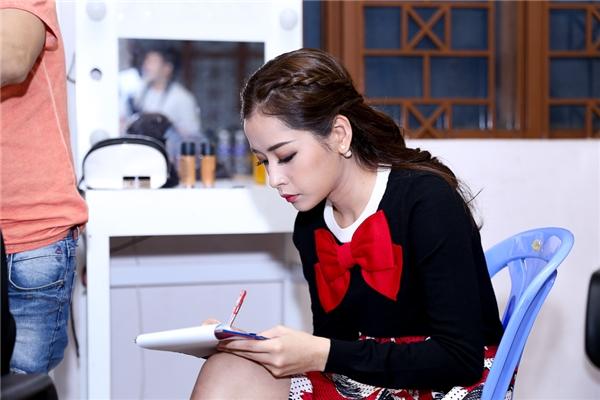 Chi Pu chọn một góc riêng trong hậu trường để xem lại kịch bản. Nữ diễn viên xinh đẹp vừa trở về Việt Nam sau chuyến đi công tác tại Hàn Quốc. - Tin sao Viet - Tin tuc sao Viet - Scandal sao Viet - Tin tuc cua Sao - Tin cua Sao