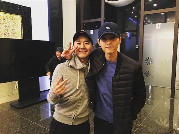 Song Joong Ki dù được đề cử giải Daesang cao quý song anh vẫn không xuất hiện. Một ngày trước đó, nam diễn viên trải qua thời gian vui vẻ dùng bữa tối với đoàn làm phim Battleship Island.