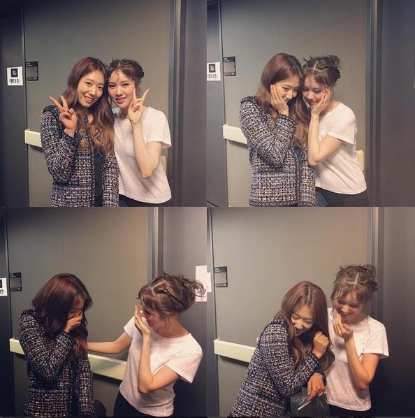 Trong khi đó, Park Shin Hye tận dụng thời gian rảnh đi xem nhạc kịch ủng hộ đàn chị thân thiết, nữ diễn viên Kim Ye Won.