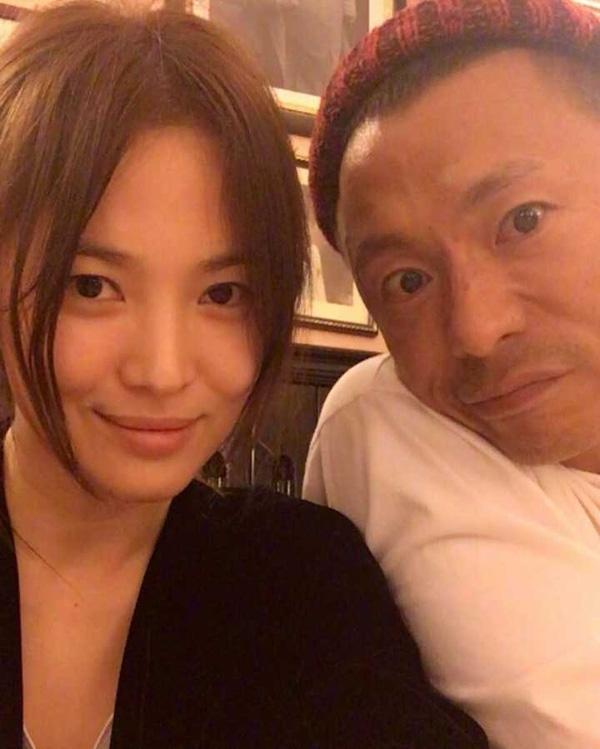 Song Hye Kyo lại bận đi… làm đẹp và không quên chụp hình với nhà tạo mẫu tóc