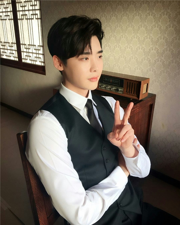 Về phía Lee Jong Suk, anh lại bận rộn với lịch trình chụp ảnh tạp chí.