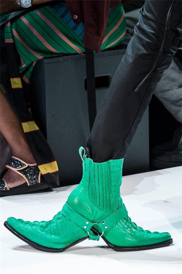Đôi boots da 2 đầu của Hood by Air có thiết kế độc đáo nhưng có thể chỉ Lady Gaga mới dám mang chúng ra đường.