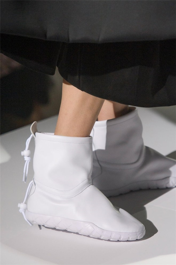 Nổi danh với các thiết kế dị biệt, Comme Des Gacons tiếp tục giới thiệu đôi boots da trông khá kì quặc.