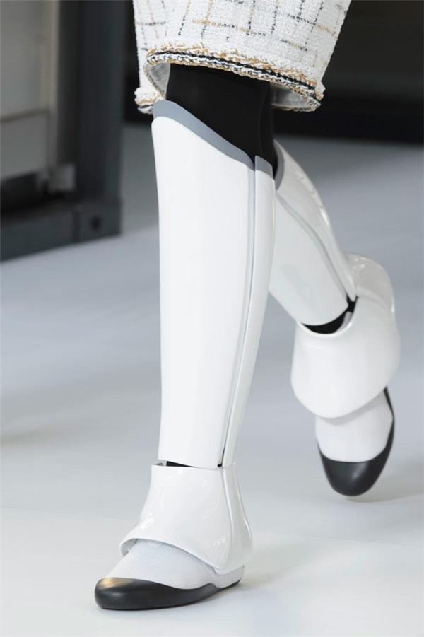Giày robot của Chanel
