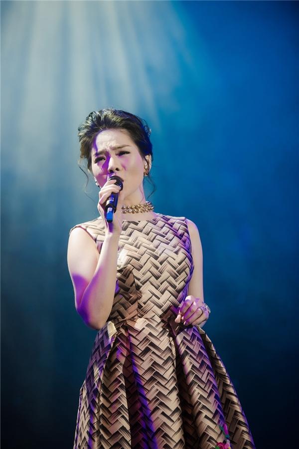 Cũng trong đêm nhạc, Lệ Quyên mang đến nhiều ca khúc đình đám của nhạc sĩ Thái Thịnh như Nếu em được lựa chọn, Duyên phận, Phải chi em biết,… - Tin sao Viet - Tin tuc sao Viet - Scandal sao Viet - Tin tuc cua Sao - Tin cua Sao