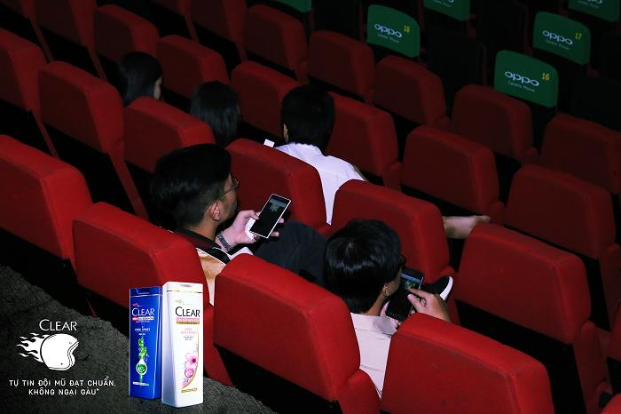 Các bạn trẻ thích thú tham gia game ngay trong rạp chiếu phim.