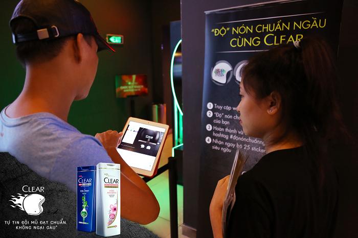 """Biệt đội Clear hướng dẫn các bạn trẻ tham gia cuộc thi """"Độ nón chuẩn ngầu cùng Clear"""" để nhận liền tay bộ sticker phong cách."""