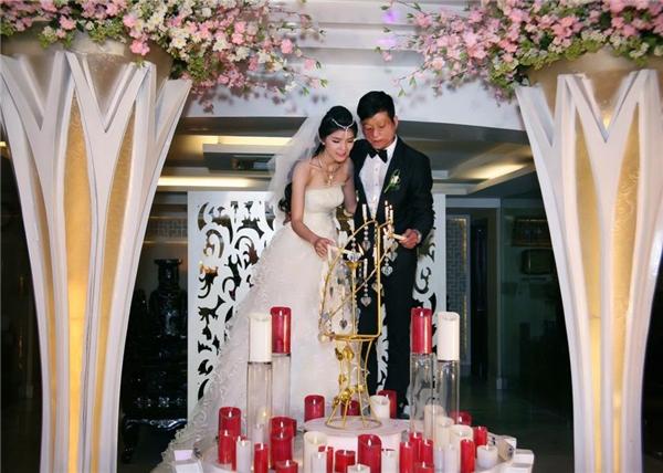 """Loạt ảnh cưới của cặp đôi này từng khiến mạng xã hội """"dậy sóng"""" một thời gian dài. (Ảnh: FBNV)"""