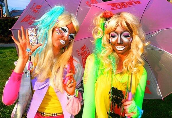Trào lưu Ganguro là một dòng tronggyaru nổi tiếng nhất ở Nhật vào những năm 2000. Những người theo đuổi trào lưu nàyđược nhận biết bằng làn da nâu sậm hoặc ngăm đen, mái tóc nhuộm sáng, mắt và môi được trang điểm màu trắng hoặc bạc và thường mangnhững món phụ kiện sặc sỡlàm từ nhựa.