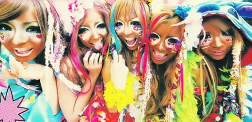 Các cô gái tuổi teenthể hiện phong cách Ganguro mang tính đột phá bằng cáchtự làm xấu mình vớilàn da đen, rám nắng trong khi hầu hết phụ nữChâu Á đều ao ước có được một làn da trắng hồng.