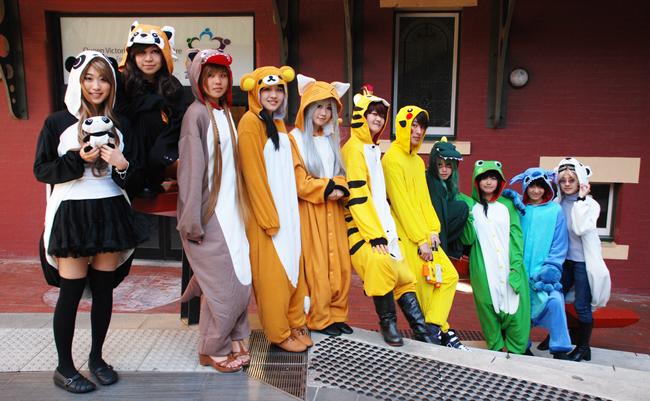 Kigurumi, trào lưu ăn mặctrang phục thú bông ngộ nghĩnh xuất phát từ giới trẻ Nhật Bản.Các bộ trang phục này thường đượcthiết kế thành đầu các con vật dễ thương trong phim hoạt hình như Pikachu, Hello Kitty, Hamtaro,...