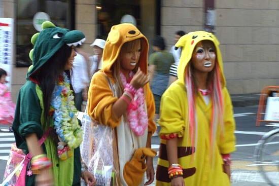 Bên cạnh đó, họ cũng sẽ mang theo bên mình một chú gấu bông, phụ kiện đáng yêu và trang điểm theo phong cách manba (da đen, môi trắng, kết hợp quầng sáng lớn quanh mắt).