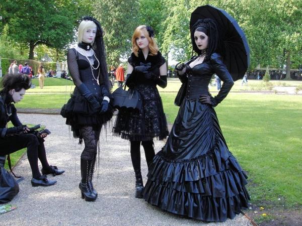 Lolita Gothic là sự kết hợp giữa phong cách thời trang Lolita dễ thương, trẻ thơ và Gothic mang màu sắc cổ điển, ma mị.