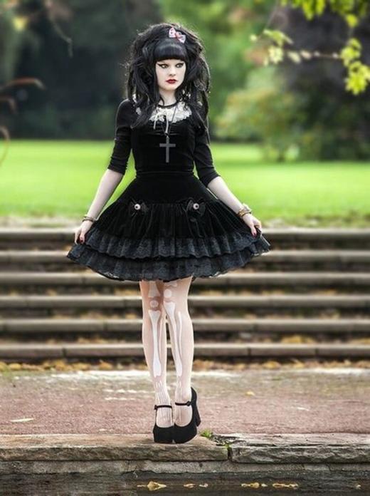 Tính chất đối lập của hai phong cách thời trang này kết hợp lại với nhau khiếnLolita Gothic trở thành một phong cách ngược đời, quái dị.