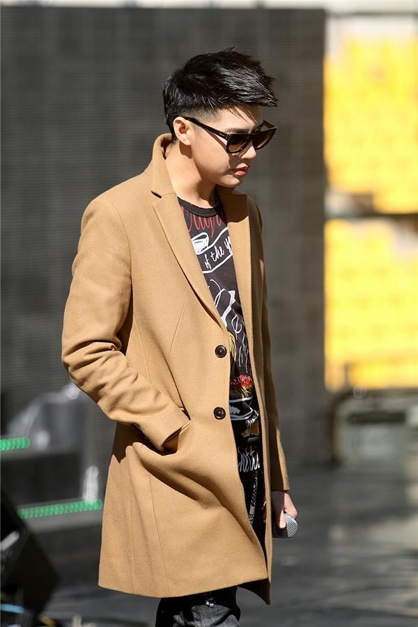 Sáng nay thời tiết Busan khá đẹp và hơi lạnh nên Noo Phước Thịnh khoác thêm chiếc áo khoác dài màu nâu bên ngoài, tăng thêm vẻ điển trai và cuốn hút,không kém các mỹ nam của Kpop. - Tin sao Viet - Tin tuc sao Viet - Scandal sao Viet - Tin tuc cua Sao - Tin cua Sao