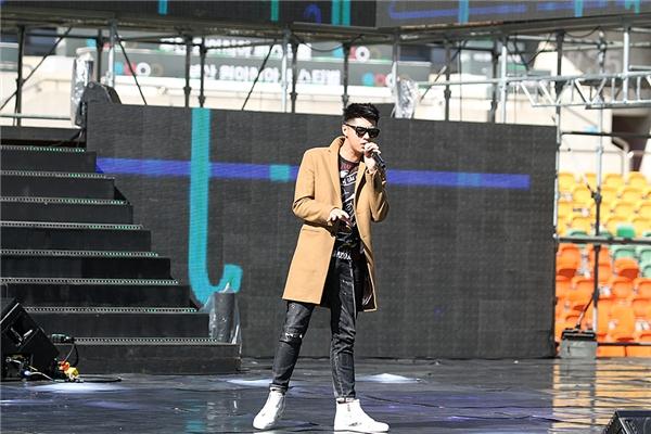 Tại sân vận động, Noo Phước Thịnh cũng như các ca sĩ có 30 phút để tập cho phần biểu diễn của mình. - Tin sao Viet - Tin tuc sao Viet - Scandal sao Viet - Tin tuc cua Sao - Tin cua Sao
