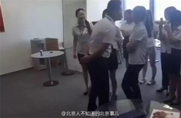 Các cô gái xếp hàng dài đợi sếp...(Ảnh: Internet)