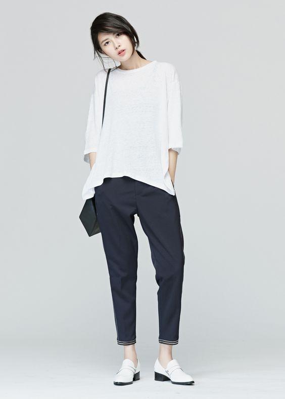 Quần baggy rất dễ phối, chúng đặc biệt diện đẹp với áo thun hoặc áo sơ mi oversize có màu sắc trung tính.