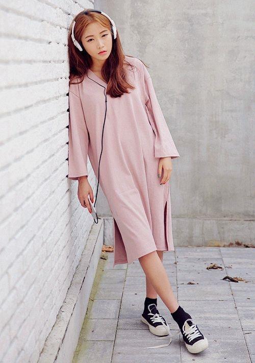 """Đầm suôn là một lựa chọn vô cùng an toàn cho những cô """"nấm lùn"""" nhà ta, bởi vì nó không kén dáng người, dù bạn cao hay thấp, gầy hay tròn cũng diện được."""