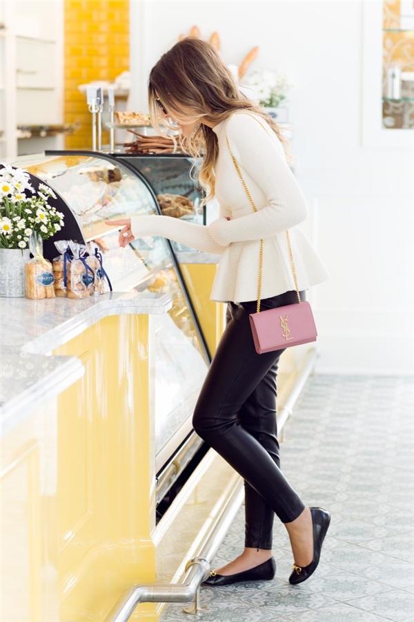 Để diện đẹp áo peplum, bạn gái nên lựa chọn quần skinny để tôn lêndáng vóc dáng của mình.