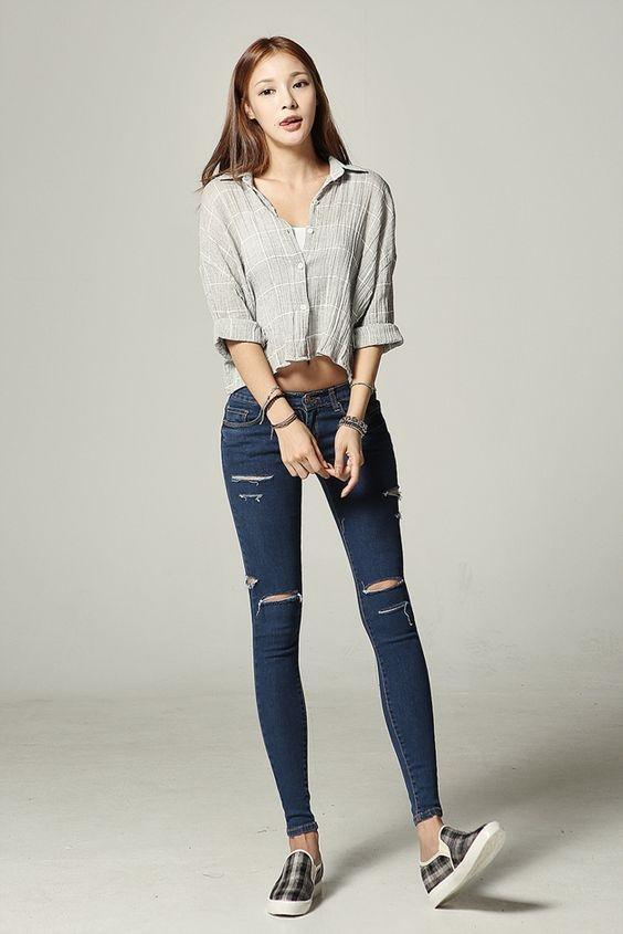 Quần jeans là một trong những lựa chọn tuyệt vời để diện cùng áo sơ mi form lửng, đặc biệt là skinny jeans.