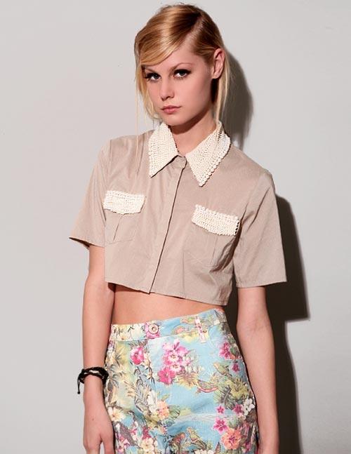 Bạn gái có thể phối áo sơ mi form lửng với chân váy bút chì, để lộ phần eo thon thả, tạo vẻ ngoài cân đối và cuốn hút.