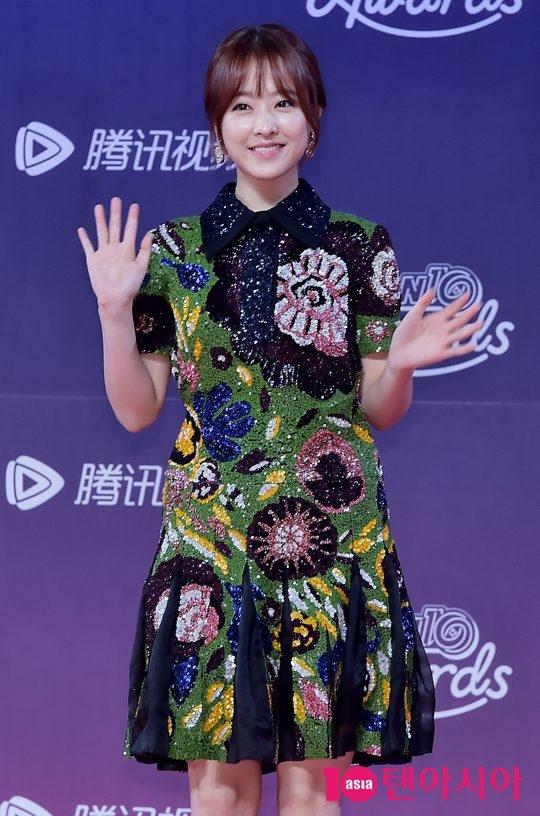 """""""Em gái quốc dân"""" Park Bo Young trong trang phục đơn giản nhưng vẫn nổi bật nhờ vẻ ngoài xinh đẹp, nữ tính."""