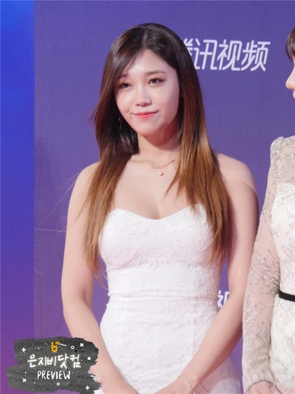 Eunji (A Pink) xuất hiện kiêu sa trong trang phục đầm trắng. Lễ trao giải chắc chắn không thể vắng mặt cô nàng - một trong những nhân tố chính mang lại thành công rực rỡ cho Reply 1997.