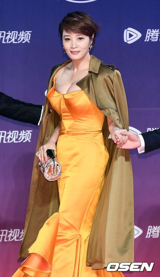 Dù năm nay đã bước sang tuổi 46 song Kim Hye Soo vẫn vô cùng trẻ trung, quyến rũ. Trang phục tông nóng càng giúp nữ diễn viên thêm nổi bật và tỏa sáng.