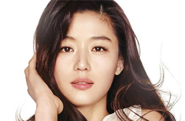 Với khuôn mặt góc cạnh, không lạ gì khi nữ diễn viênJun Ji Hyun chuộng kiểu rẽ ngôi lệch.