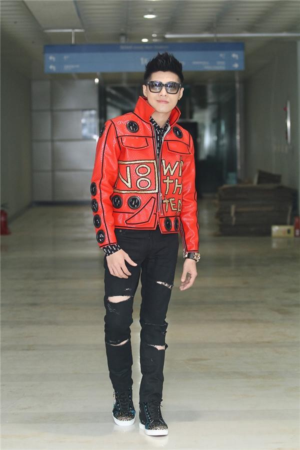 Noo Phước Thịnh xuất hiện trên thảm đỏ với bộ cánh vô cùng bắt mắt do stylist Travis Nguyễn chuẩn bị. Bộ trang phục tạo điểm nhấn bởi chiếc áo khoác da màu đỏ nổi bật. - Tin sao Viet - Tin tuc sao Viet - Scandal sao Viet - Tin tuc cua Sao - Tin cua Sao