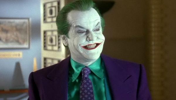 """Joker (Jack Nicholson) trong Batman (1989): Trước Heath Ledger trong The Dark Knight (2008), nhân vật """"chàng hoàng tử tội ác"""" do Jack Nicholson thể hiện từng được coi là mực thước cho Joker khi gã bước ra từ truyện tranh.Mái tóc chải chuốt, khóe miệng luôn nhếch cao, đôi mắt lóe sáng với hàng loạt ý tưởng chết người, tất cả tạo ra gã hề xiếc trông có phần vui nhộn nhưng thực chất lại rất độc ác và khó lường. Ảnh: Warner Bros."""
