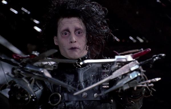 Edward Scissorhands (Johnny Depp) trong Edward Scissorhands (1990): Dựa trên một bức vẽ miêu tả sự cô độc của Tim Burton thời thơ ấu, biên kịch Caroline Thompson thêm thắt yếu tố cổ tích và kinh dị để xây dựng nên nhân vật chính Edward Scissorhands (Người tay kéo).Anh ta có khuôn mặt trắng bệch như zombie, tóc tai rối bù như tổ quạ, làn da sứt sẹo, cùng bàn tay kéo sắc nhọn trông gớm ghiếc. Johnny Depp đã khắc họa rất tài tình nỗi buồn bã và cô đơn của nhân vật Edward tuy sở hữu hình hài lập dị nhưng cũng có cảm xúc như bao người khác. Ảnh: Fox