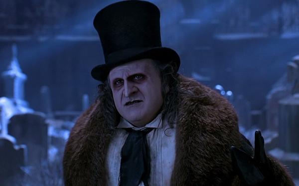 """The Penguin (Danny DeVito) trong Batman Returns (1992): Trên thực tế, ác nhân có biệt danh """"Chim cánh cụt"""" khác xa so với nguyên tác truyện tranh DC. Dưới bàn tay nhào nặn của đạo diễn Tim Burton, The Penguin trên màn ảnh khiến nhiều khán giả cảm thấy thích thú.Gã có khuôn mặt trông như chim cánh cụt với chiếc mũi nhọn to quá khổ. Hắn gieo rắc nỗi kinh hoàng cho thành phố Gotham khi âm mưu chiếm quyền kiểm soát và buộc Batman phải hành hiệp. Ảnh: Warner Bros."""
