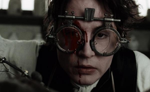 Ichabod Crane (Johnny Depp) trong Sleepy Hollow (1999): Sleepy Hollow - Kỵ sĩ không đầu vốn là tác phẩm kinh dị được pha trộn thêm yếu tố hành động, giật gân, sở hữu tông màu ảm đạm và mạch phim táo bạo.Thám tử Ichabod Crane được điều đến thị trấn Sleepy Hollow để điều tra về kẻ giết người hàng loạt có liên quan đến Kỵ sĩ không đầu trong truyền thuyết. Không chỉ kỳ quặc và vui nhộn, Ichabod Crane thực ra còn khá nhát gan. Đây cũng là lần đầu tiên Johnny Depp xuất hiện trong phim của Tim Burton với ngoại hình khá giống với ngoài đời thực. Ảnh: Paramount