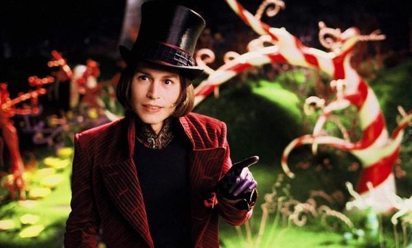 Willy Wonka (Johnny Depp) trong Charlie and the Chocolate Factory (2005): Tuy chưa thể vượt qua cái bóng của tài tử Gene Wilder ở phiên bản phim 1971, nhưng Johnny Depp vẫn đặt được dấu ấn cá nhân nhất định cho nhân vật Willy Wonka.Phiên bản của Depp không phải là một thiên tài bị điên. Anh ta vốn là gã đàn ông bị cô lập và nhà máy socola giống như cách giải thoát cho nỗi ám ảnh về kẹo bánh của bản thân. Tạo hình của Willy Wonka phiên bản 2005 rất chải chuốt, cầu kỳ hệt như một quý ông và phần nào khiến người ta liên tưởng đến một ảo thuật gia. Ảnh: Warner Bros.