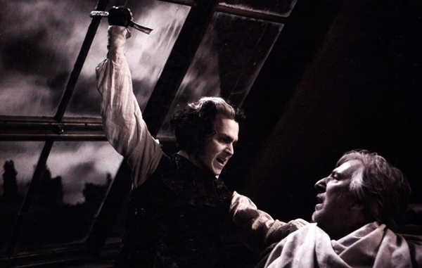 Sweeney Todd (Johnny Depp) trong Sweeney Todd: The Demon Barber of Fleet Street (2007): Johnny Depp tiếp tục gây tiếng vang trong tác phẩm ca vũ nhạc rùng rợn của đạo diễn Tim Burton.Tại đây, anh vào vai tay thợ cạo Sweeney Todd, kẻ đã giết vô số khách hàng bằng con dao sắc lẹm của mình. Khuôn mặt trắng bệch, bọng mắt đỏ au giúp Sweeney Todd vừa xuất hiện đã khiến khán giả cảm nhận thấy bầu không khí chết chóc đáng sợ của toàn tác phẩm. Ảnh: Warner Bros.