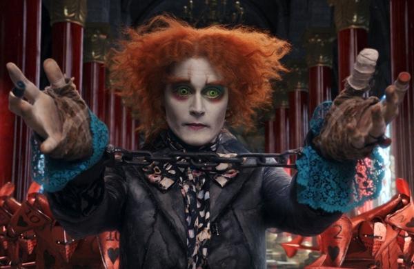Mad Hatter (Johnny Depp) trong Alice in Wonderland (2010): Bộ phim 3D chuyển thể từ tác phẩm văn học cực kỳ ăn khách tại phòng vé với doanh thu lên tới hơn 1 tỷ USD. Bước chân vào Xứ sở Thần tiên cùng Alice, khán giả được làm quen với vô số nhân vật kỳ quặc, mà điển hình nhất là Mad Hatter.Gã thợ làm mũ được chăm chút kỹ lưỡng về ngoại hình, từ mũ, nơ cột áo, khăn tay hồng, lớp phấn trắng dày trên mặt, lông mày và viền mắt đỏ rực. Ấn tượng nhất có lẽ chính là đôi đồng tử hai màu, hàng lông mi màu cam cùng tính cách tưng tửng của nhân vật. Ảnh: Disney