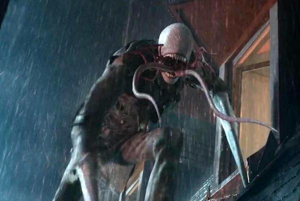 """Sinh vật Hồn Rỗng trong Miss Peregrine's Home for Peculiar Children (2016): Nhóm nhân vật thiếu nhi trong bộ phim mới của Tim Burton có thể khiến người ta liên tưởng đến các dị nhân X-Men với nhiều năng lực kỳ quái như điều khiển không khí, lửa, hóa đá đối phương… Nhưng đối thủ của lũ nhóc cũng rất ấn tượng.Các sinh vật Hollow (Hồn Rỗng) có xuất thân đen tối, luôn tìm mắt của trẻ dị biệt để ăn nhằm có thể trở lại bộ dạng người thường. Chúng cao lớn, sở hữu nhiều chiếc xúc tu trong miệng, hoàn toàn vô hình. Chỉ có các """"thợ săn Hồn Rỗng"""" mới có thể trông thấy loài sinh vật đáng sợ ấy. Ảnh: Fox"""