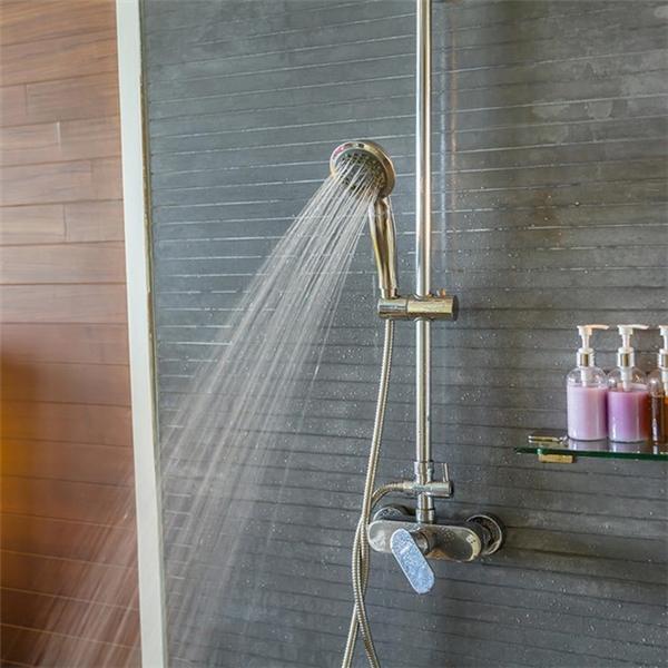 Các chất độc hại không chỉ xâm nhập vào cơ thể qua đường uống mà còn bằng hoạt động thường ngày là tắm. Ảnh: ShutterStock