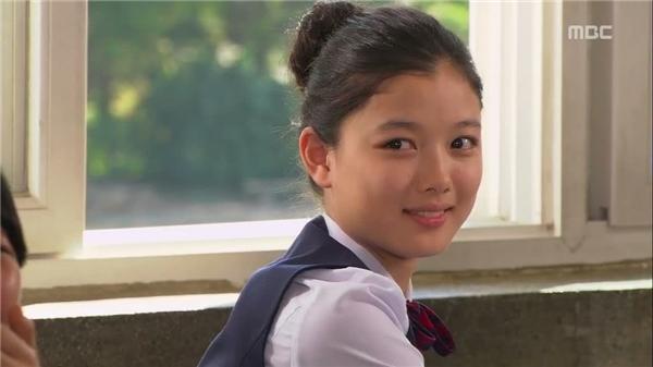 Kim Yoo Jung ngày càng trưởng thành hơn cả về diễn xuất lẫn ngoại hình song gương mặt của cô nàng trước sau như một, vẫn toát lên vẻ xinh đẹp, nữ tính cùng thần thái ngôi sao không phải ai cũng có.
