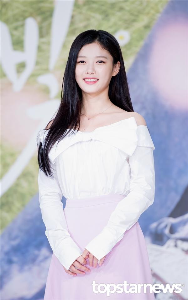 """""""Em gái quốc dân"""" Kim Yoo Jung giờ đây đã là một mĩ nhân vô cùng xinh đẹp"""