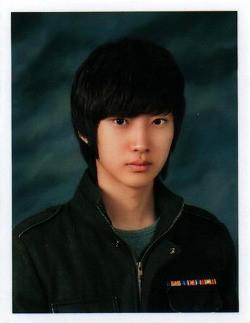 """Với vẻ ngoài này, Jinyoung ngày xưa hẳn là một hot boy có tiếng """"sát gái"""" ở trường trung học."""