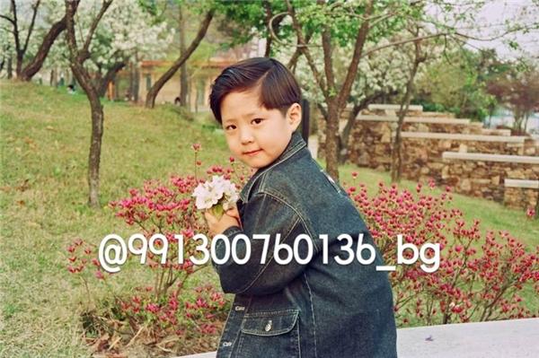 Từ khi còn nhỏ, Park Bo Gum đã trông rất đáng yêu, đặc biệt là mái tóc được tạo kiểu độc đáo rất nổi bật, thật sự là một mĩ nam đẹp hơn hoa.