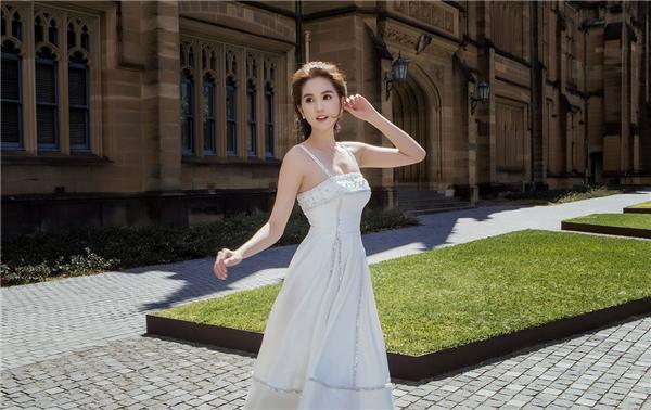 Ngọc Trinh đẹp hút hồn với sắc trắng tinh khôi
