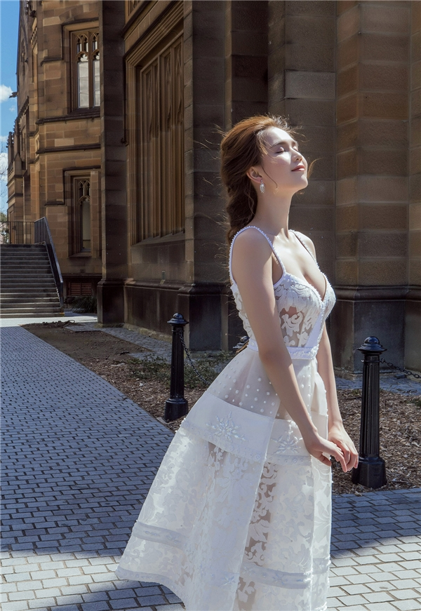 Cùng sử dụng dáng váy xòe cổ điển, Đỗ Long thể hiện thế mạnh khi kết hợp nhiều chất liệu khác nhau trên cùng một tổng thể.